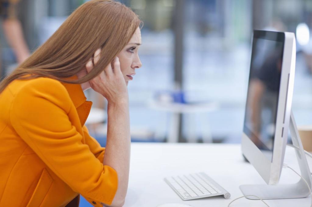 девушка у компьютера без очков